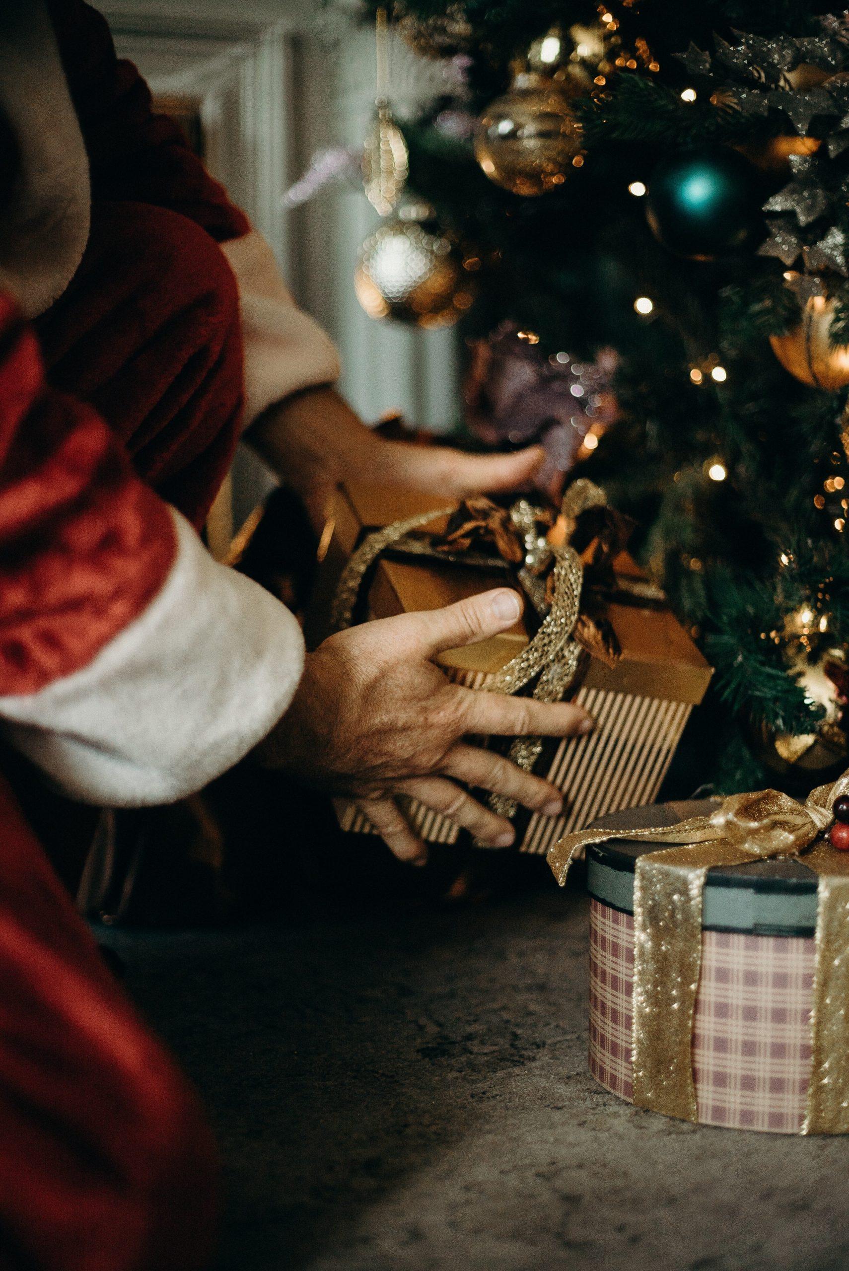 Weihnachtsmann Geschenk Tannenbaum